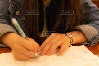 作業をしている若い女性の手元の写真・画像素材[3349939]