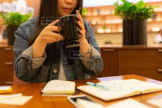 カフェで作業している女性の写真・画像素材[3349938]