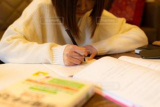 自宅で勉強をする女の子の写真・画像素材[3433197]