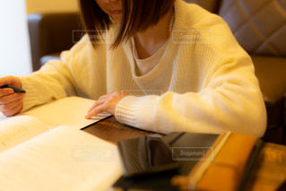 自宅のリビングで勉強をする女の子の写真・画像素材[3433200]