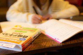 介護の資格取得のための勉強をする女の子の写真・画像素材[3433198]