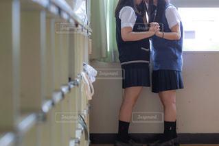 空き教室で仲良くしている女子高生2人組の写真・画像素材[3496253]