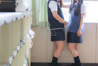 教室でじゃれあう女子高生2人の写真・画像素材[3496254]