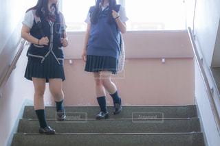 階段を降りながら話をしている女子高生2人の写真・画像素材[3496259]