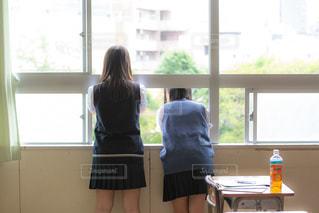 校庭を眺める2人の女子高生の写真・画像素材[3496261]