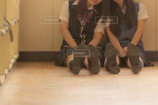 教室の端で肩を寄せ合い仲良くしている女子高生2人組の写真・画像素材[3496257]