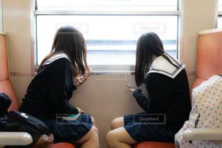 窓の外を見ている2人の女子高生の写真・画像素材[3496260]