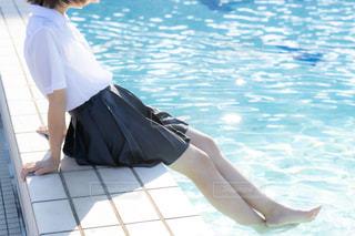 プールに足をつけて涼む制服姿の女子高生の写真・画像素材[3639233]