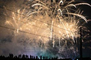 打ち上げ花火と観客の写真・画像素材[3693678]