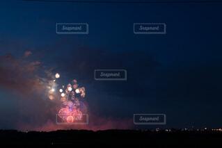 遠くの花火の写真・画像素材[3693690]