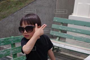 ベンチに座っている少年の写真・画像素材[1369278]