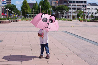 歩道を歩いている小さな女の子の写真・画像素材[2187095]
