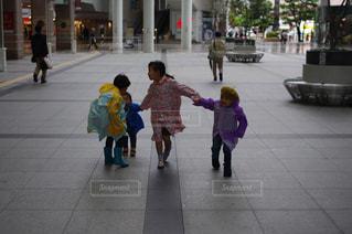 子ども,風景,夏,雨,道,人,歩道,地面,梅雨,台風,カッパ