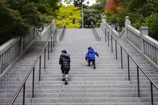 塀の横を歩いている若い少年の写真・画像素材[2187809]