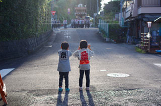 歩道に立っている小さな男の子の写真・画像素材[2187907]