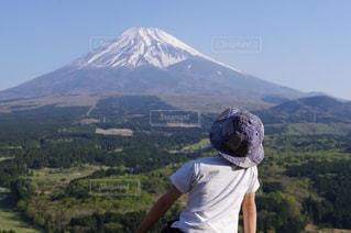 山の前に立っている男の写真・画像素材[2222532]