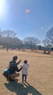 パパと娘仲良く凧上げの写真・画像素材[978399]