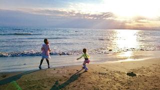 夕陽の海、波と追いかけっこの写真・画像素材[982426]