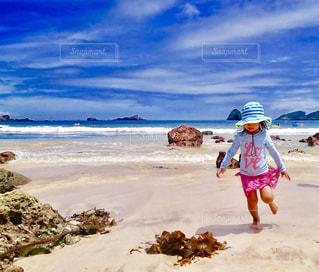 砂浜を走る女の子の写真・画像素材[1015369]