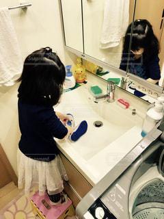 自分の上履きを洗わなきゃの写真・画像素材[1015370]