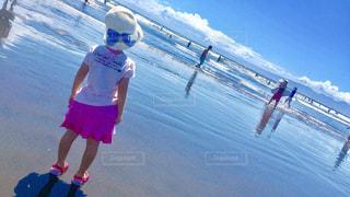 海,空,夏,屋外,ピンク,雲,後ろ姿,砂浜,帽子,水色,サーファー,女の子,人物,リボン,江ノ島,夏休み,りぼん