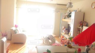 赤ちゃんのいるリビング ルームの写真・画像素材[1021448]