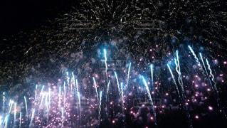 夜空に花火のグループの写真・画像素材[1013835]