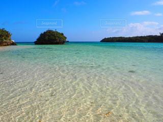 水の体の横にある砂浜のビーチの写真・画像素材[1013898]