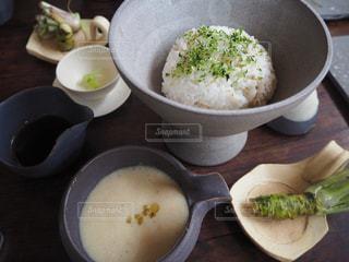 テーブルの上に食べ物のボウルの写真・画像素材[1037347]