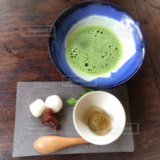 木製テーブルの上のコーヒー カップ - No.1037368