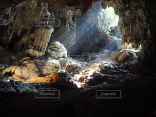 岩に横になって洞窟の写真・画像素材[1194704]