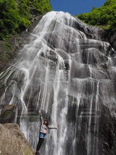 山の中腹に木の滝の写真・画像素材[1194744]