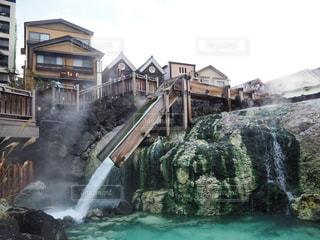 建物の前に大きな滝の写真・画像素材[1206730]