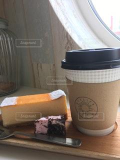 テーブルの上のコーヒー カップの写真・画像素材[1412453]