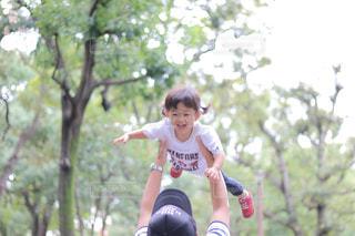 アウトドア,公園,散歩,子供,女の子,休日,2歳,おでかけ,お出かけ,たかいたかい,高い高い,パパと子供