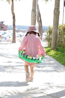 海,空,夏,屋外,ビーチ,プール,水着,子供,女の子,人物,背中,人,後姿,遊び,水遊び,summer,浮き輪,4歳,外遊び