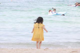 海,空,夏,屋外,ビーチ,後ろ姿,子供,女の子,人物,背中,人,後姿,遊び,水遊び,summer,4歳,外遊び,インスタ映え