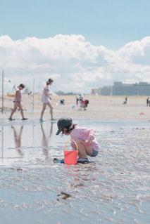 浜辺で砂遊びの写真・画像素材[2353325]