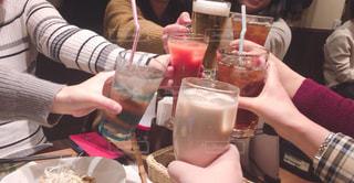 食事のテーブルに座って人の写真・画像素材[986748]