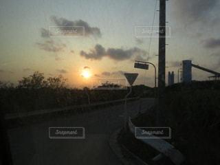 高速道路横の信号機の写真・画像素材[982084]