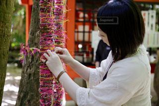 縁結び祈願をしている女性の写真・画像素材[983876]