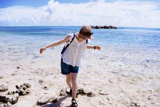 ビーチで楽しむ女性の写真・画像素材[1018164]