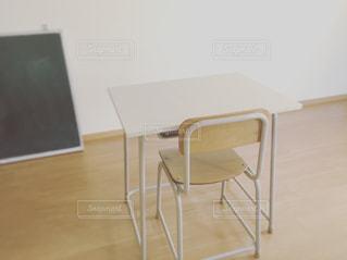 学校の机と椅子の写真・画像素材[988021]