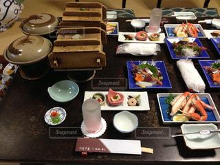 テーブルの上に食べ物の束の写真・画像素材[995213]