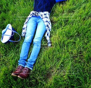 草,寝転ぶ,人物,寝転がる,人,休日,芝,ゴロゴロ,お出かけ
