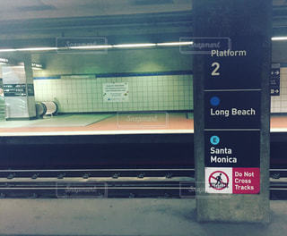 ロサンゼルスの地下鉄のホームの写真・画像素材[1012046]