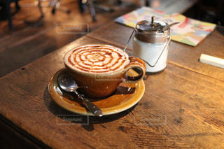 木製のテーブルの上に座ってコーヒー カップの写真・画像素材[1437742]