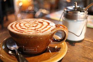 テーブルの上のコーヒー カップの写真・画像素材[1437748]