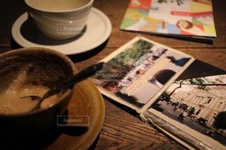 テーブルの上のコーヒー カップの写真・画像素材[1446933]
