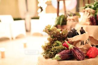 近くのテーブルの上に食べ物のプレートの写真・画像素材[1465570]